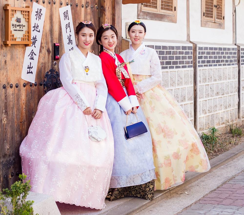 Các bạn nữ mặc Hanbok truyền thống